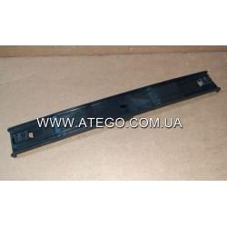 Прижимная планка крепления аккумуляторов Mercedes Atego пластиковая 9415410526. Оригинал