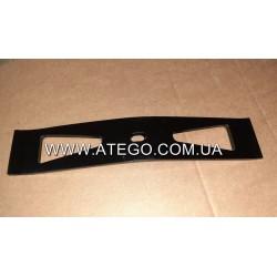Прижимная металлическая накладка крепления аккумуляторов Mercedes Atego 9415410426. Оригинал